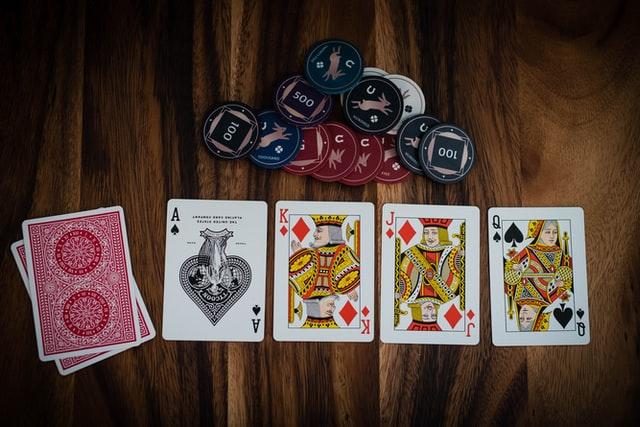 Pokeritieto pokeripöydässä